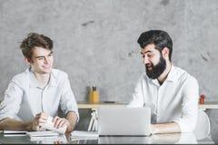 2 жизнерадостных бизнесмена работая на проекте совместно Стоковая Фотография RF