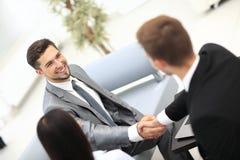 2 жизнерадостных бизнесмена тряся руки Стоковое Изображение