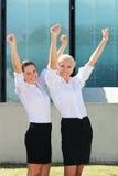 2 жизнерадостных бизнес-леди в улице Стоковая Фотография RF