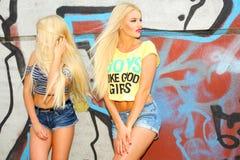 2 жизнерадостных блондинкы Стоковое Изображение