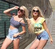 2 жизнерадостных блондинкы Стоковое фото RF