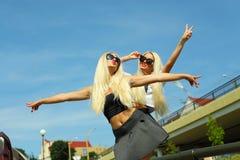 2 жизнерадостных блондинкы Стоковые Фото