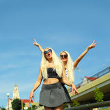 2 жизнерадостных блондинкы Стоковое Изображение RF