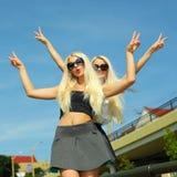 2 жизнерадостных блондинкы Стоковая Фотография RF