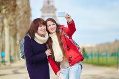 2 жизнерадостных девушки в Париже делая selfie Стоковые Изображения RF