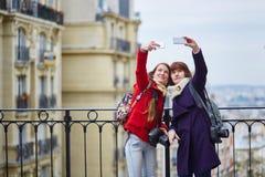 2 жизнерадостных девушки в Париже делая selfie Стоковая Фотография RF