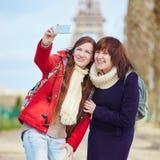 2 жизнерадостных девушки в Париже делая selfie Стоковое Изображение RF