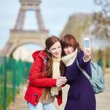 2 жизнерадостных девушки в Париже делая selfie Стоковое Фото