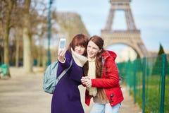 2 жизнерадостных девушки в Париже делая selfie Стоковые Фотографии RF