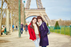 2 жизнерадостных девушки в Париже около Эйфелевой башни Стоковые Изображения RF