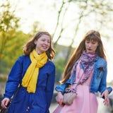 2 жизнерадостных девушки в Париже Стоковая Фотография RF
