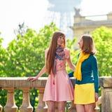2 жизнерадостных девушки в Париже Стоковое Изображение