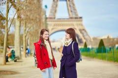 2 жизнерадостных девушки в Париже Стоковое Фото