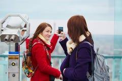 2 жизнерадостных девушки в Париже Стоковые Изображения
