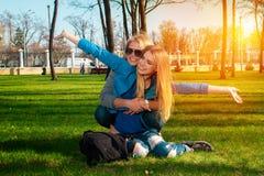 2 жизнерадостных девушки в парке Стоковая Фотография