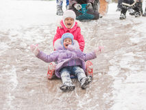 2 жизнерадостных девушки едут русские горки льда Стоковое Изображение