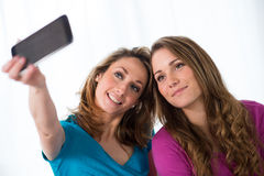 2 жизнерадостных девушки играя дома Стоковые Фото