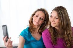 2 жизнерадостных девушки играя дома Стоковое Фото