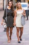 2 жизнерадостных девушки идя в город Стоковая Фотография RF