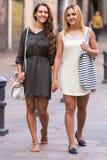 2 жизнерадостных девушки идя в город Стоковое Фото