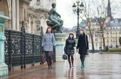 3 жизнерадостных девушки идя в Париж Стоковые Фото
