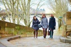 3 жизнерадостных девушки идя совместно в Париж Стоковое фото RF