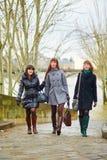 3 жизнерадостных девушки идя совместно в Париж Стоковые Фотографии RF