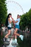 2 жизнерадостных девушки rollerblading Стоковая Фотография RF