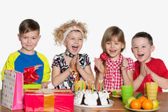 Дети празднуют день рождения на таблице Стоковые Фотографии RF
