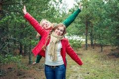 2 жизнерадостных женщины на природе Стоковое Изображение
