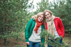 2 жизнерадостных женщины на природе Стоковое Фото