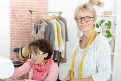 2 жизнерадостных женщины работая совместно в их Стоковое Изображение RF