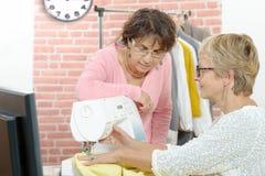 2 жизнерадостных женщины работая совместно в их Стоковые Изображения RF