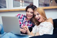 2 жизнерадостных женщины смотря кино Стоковые Изображения RF
