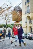 2 жизнерадостных красивых девушки в Париже Стоковое фото RF
