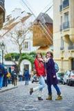 2 жизнерадостных красивых девушки в Париже Стоковое Изображение