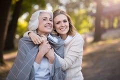 2 жизнерадостных красивых женщины усмехаясь и обнимая Стоковое фото RF