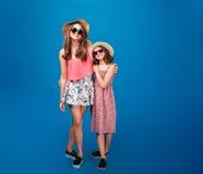 2 жизнерадостных красивых сестры стоя совместно Стоковые Изображения