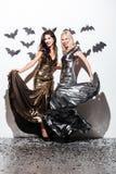 2 жизнерадостных молодой женщины с составом вампира хеллоуина на партии Стоковые Изображения