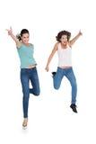 2 жизнерадостных молодых женских друз с жестами рукой Стоковая Фотография RF
