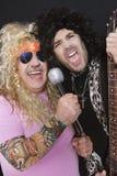 2 жизнерадостных мужских друз поя и играя гитару Стоковая Фотография RF