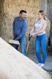 2 жизнерадостных наемного сельскохозяйственного рабочего держа большие лопаткоулавливатели Стоковые Изображения RF