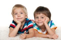2 жизнерадостных друз на белом ковре Стоковое Изображение