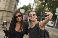 2 жизнерадостных друз принимая фото себя на умном телефоне Стоковая Фотография RF