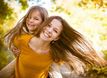 2 жизнерадостных сестры играя в парке Стоковые Изображения RF