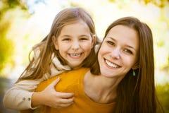 2 жизнерадостных сестры играя в парке Стоковые Фотографии RF