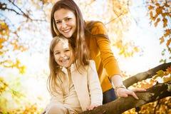 2 жизнерадостных сестры играя в парке Стоковое Изображение RF