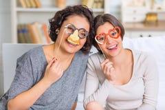2 жизнерадостных сестры наслаждаясь Стоковые Фото