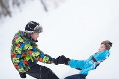 2 жизнерадостных счастливых мальчика играя в парке зимы Стоковое Изображение RF