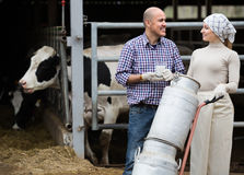 2 жизнерадостных фермера держа вагонетку с молоком Стоковая Фотография
